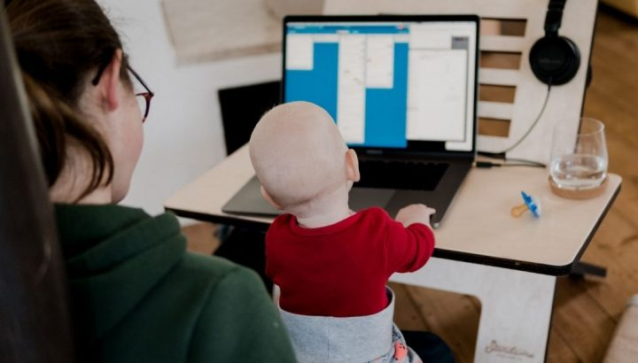 blog-woman-and-baby-computer-UN001