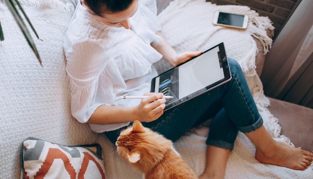 blog-woman-and-cat-on-sofa-UN001